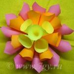 Большой объемный цветок из бумаги для заметок
